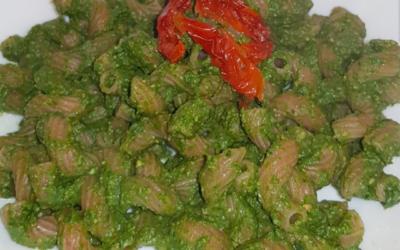 Pasta integrale con pesto di spinaci e pomodori secchi