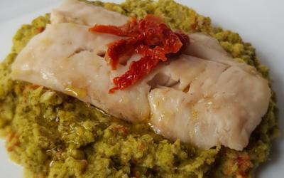 Filetto di pesce su crema di broccoli e pomodori secchi