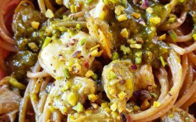 Spaghetti con pesto di pistacchi, scampi e vongole